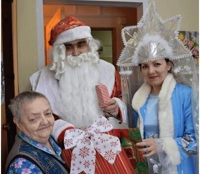 Добрая традиция — новогодние подарки одиноким пожилым людям